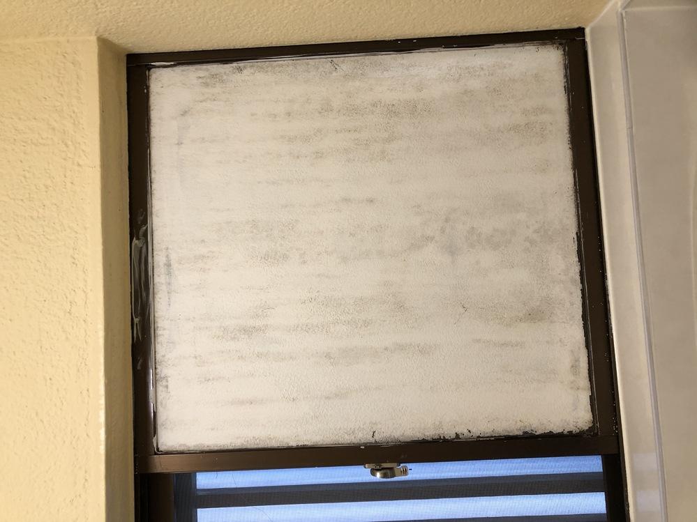 中古物件を購入したのですが、前のオーナーがお風呂の窓にペンキを塗ったようで、 写真のようになっています。 このペンキを剥がしたいと思っているのですが、どのような方法がありますでしょうか? シンナーなどで擦れば、剥がせますでしょうか?