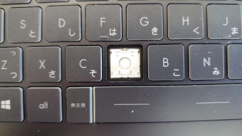 win10のショートカットキーについて質問します 現在画像のとおりVキーの部分が取れてしまい 押しづらい状態です しかし貼り付けのショートカッ トキーがコントロール+Vなのですが 結構貼り付けは使うことが多いのでどーにかしようと思ったら 貼り付けのショートカットキーのVを別キーに変えればいいのでは?と思いました しかしその場所がわからず現在困っている状態なのです そこで質問なのですが コピーや貼り付けなどのショートカットキーをそもそも変更できるのでしょうか? また変更できたとして設定(コントロールパネル?)のどこにあるのか教えてください