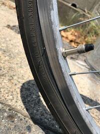自転車のチューブ交換について質問です。 自分でチューブを交換したのですが、空気を入れたら写真のように、バルブのところだけ余計に膨らんでしまいます。何が原因でしょうか?