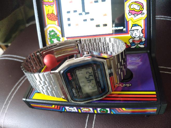 画像にあるレトロアーケードの筐体の上の時計が何か解る人は確実に昭和生まれのオッサンだと思いませんか(・_・?) 懐かしい日本性能のチープカシオだね(^-^)