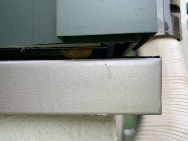 これは何か虫の卵でしょうか? 室外機の裏の隙間にもありました。 カスタードクリームのような見た目です