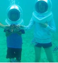 この写真って水の中だと思うのですが、服装に注目してくれませんか? 普段着に見えませんか?