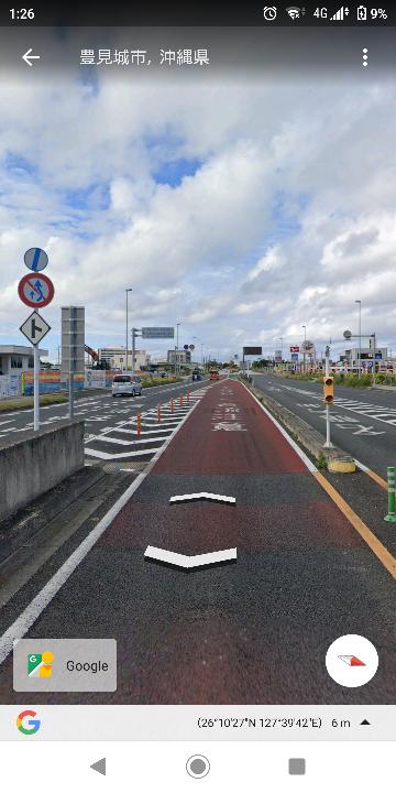 高速道路出口から本線に合流する時は本線が優先ですか? 一時停止するんですか? 免許取立てなので教えてください!