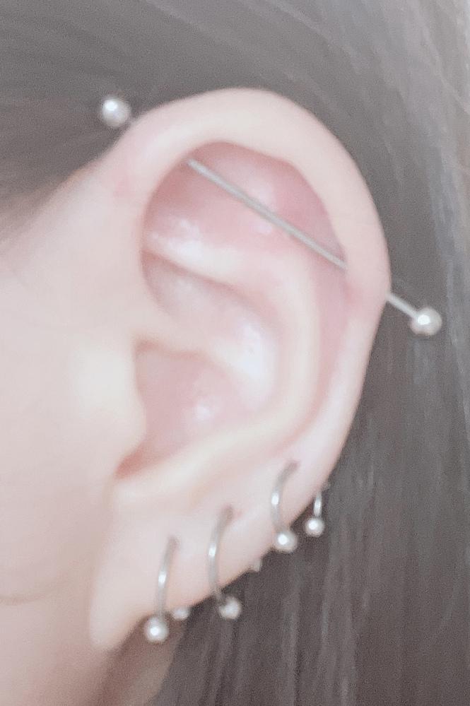 ピアスの位置について!! 現在私は右耳にインダストリアル、ロブ3連を開けています。 他にもいろいろピアスを開けてみたいのですが、耳の形的に開けるのが難しいものが多くて困っています(;_;) 私の耳の形でも開けられる、他に開けるとかわいい部位はどこだと思いますか?× ×