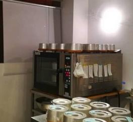 こちらのオーブンのメーカーや型番など、 お分かりの方、いらっしゃいますか? シフォンケーキを一度にたくさん焼きたいと思ってまして、 スペース的にこれくらいがちょうど良さそうなのですが、 どこの商品か分からないもので。 よろしくお願いします。