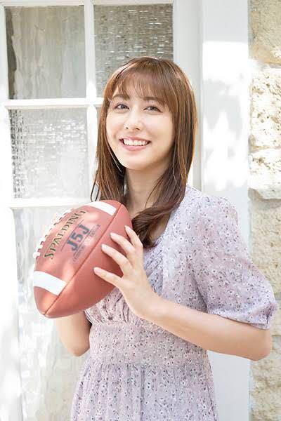 男性に質問。 カメラ目線で、笑顔でラグビーボールを持っているテレビ朝日・斎藤ちはるアナウンサーが可愛いと思いますか?