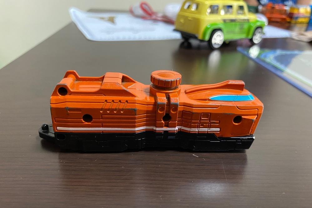 このおもちゃの名前たとえば東海道新幹線のぞみ、秋田新幹線こまち、などというように教えてください。電車ですか?船ですか?宇宙船ですか? ?子どもがおもちゃで持っていますが なんだか分かりません。わ...