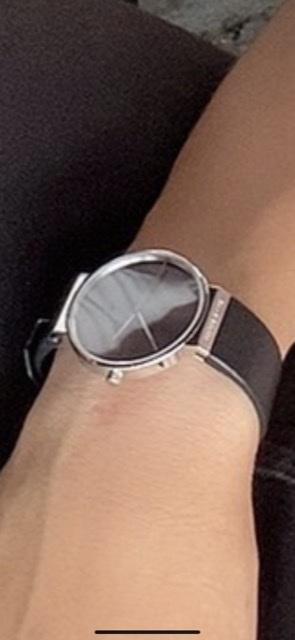 彼氏にバングルをあげたいのですが、腕時計を持っているのでそれに合わせたのをあげたいなと思っています。 写真の腕時計に合うバングルってどんなのか分からないので教えて欲しいです。 ここのブランドいい...