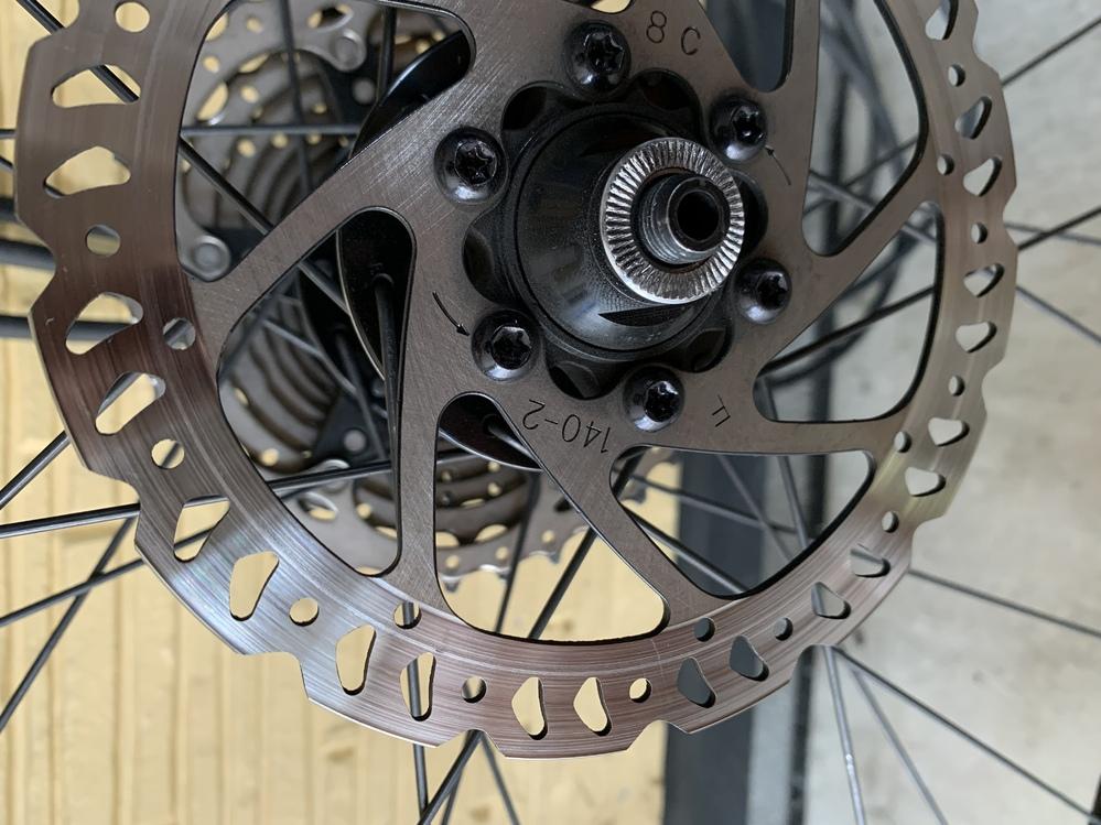 ロードバイクのディスクローターです。こちらの画像のローターは、まだ交換しなくてもいいのでしょうか。ちなみに厚さは1.7mmです。