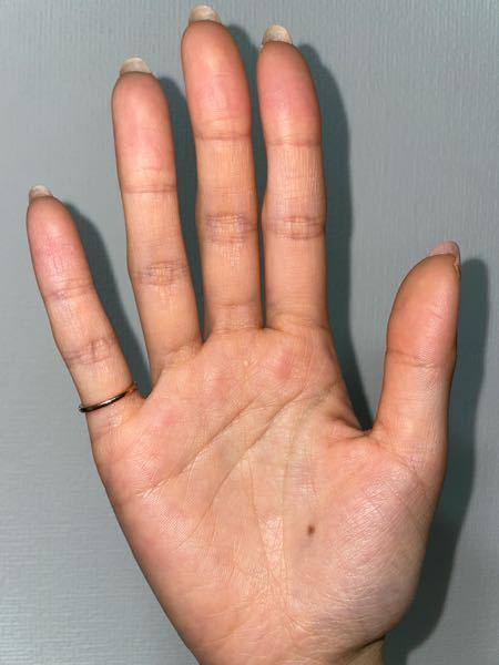 手相見れる方いますか? もし良かったら教えてください また10年前にいきなりホクロができました! これにも意味がありますか? 私は女性でこの手は右手です!