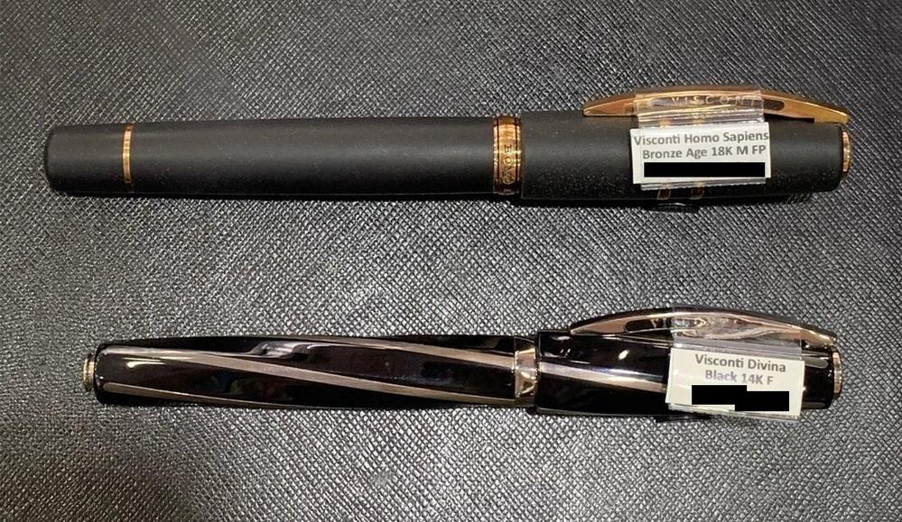 """万年筆についての質問です。 この前ある地元の万年筆屋さんにヴィスコンティのペンについてメールでやり取りしましたけど、 送られた写真に一つ不明な点がありまして。 でも事情でその万年筆屋さんに直接聞けなくて、知恵袋にて回答を求めております。 ヴィスコンティのホモサピエンスブロンズオーバーサイズとディヴィーナの写真が送られましたが、タグについてるペンについての詳細にちょっと不明な点が。 それはというと、ディヴィーナのタグにはFとFineニブという表示がついているのですが、そこは分かります。 でもホモサピエンスには""""FP""""というのが記載されており、それがどういうことなのか分かりませんでした。何らかのニブとは思いますが、英語でネットで検索してもFountain Penの略称しか出てきませんでした。 画像を付属しておきますので、誰か詳しい方にお教え頂ければ幸いです。"""