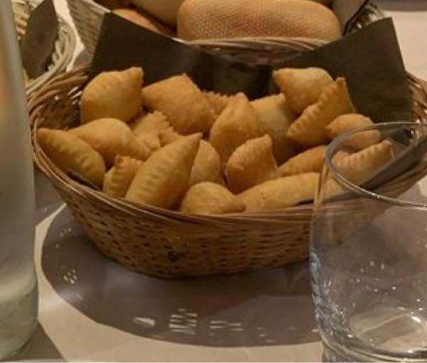 この食べ物はなんですか? 一昨年、イタリアパルマに留学した際、ホテルの朝食に出てきたものです。食感はさくもち、少ししょっぱかったような気がします。中は何も入ってませんでした。 とても美味しくまた食べたいと思ったので、この食べ物の名前を知っている方はご返答よろしくお願いします。