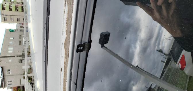 GC8のドアバイザーを取ったら、バイザーを固定していたパーツが出てきました。この固定していた物は取ることは可能ですか?