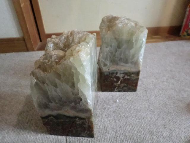 石を集めていた親戚の方の物です。これ何 鉱石? 何のための物 飾って見る物なのでしょうか? 5キロあります。