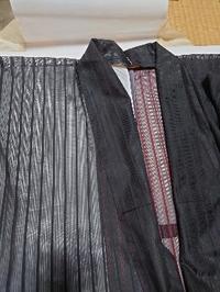 この紗の着物は、母が残した物なのですが、弔事に着るものでしょうか。 裏は濃い赤が見えますが、 着てみると、黒い縞にしか見えません。 母は長くお茶をしておりました。