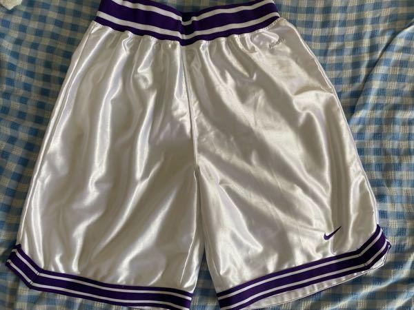 バスパンについて バイトの先輩が引退後パジャマとして使用していたバスパンをもらったんですが、これを男が履いてたらおかしいでしょうか? スポーツ大会で使用したかったのですが、迷っています。 色は紫...