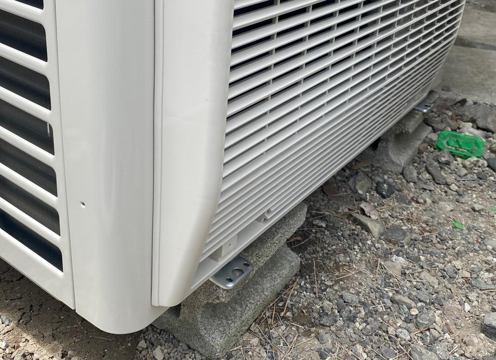 エアコンの室外機設置 エアコンを新しく更新したんですが、 元々あった、ブロックの上に、乗らないぐらいの、室外機を、固定せずに、置いてました あまり、良くないと思うので、みてもらうことにしました どう置くのが、1番いいでしょうか?