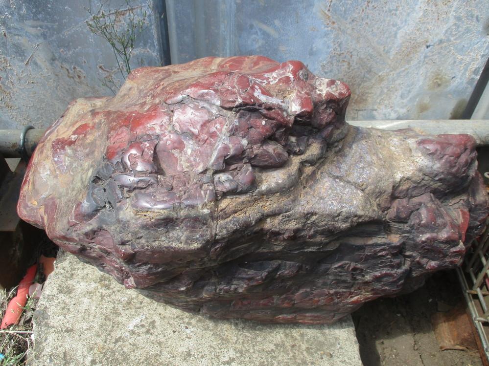 画像の庭石の名称は何でしょうか? 価値ありますでしょうか? 重さは20kgぐらいです。 よろしくお願いします。