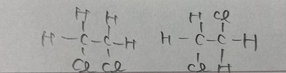 有機化学です。今まだやり始めで掴めてないのですが、このふたつは単結合が回転するので異性体ではありませんか?