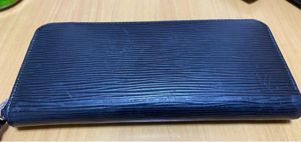 19歳男です。 この財布は一応ルイヴィトンので、自分はこういう「パッと見わかんないけど高いもの」が凄い好きなんですけど、最近キズが目立つようになってきた気がします。それに、中学生が使ってそうな長財布って思われないか心配です。 これ使ってても変じゃないですかね?