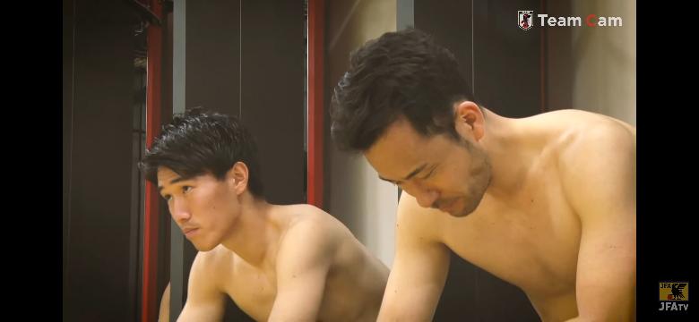 吉田選手の横にいる人はだれですか?