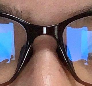 卒アルの時に、メガネがこのように反射して寄せられてしまうことはありますか?ブルーライト加工によるものだと思います。この写真は、スマホのフラッシュ撮影で撮りました。