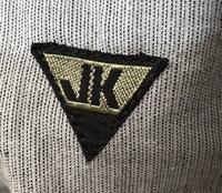 このブランドロゴが何かわからず困っています! おそらく服のブランドだと思うのですが、、 どなたかわかる方いらっしゃいませんか?