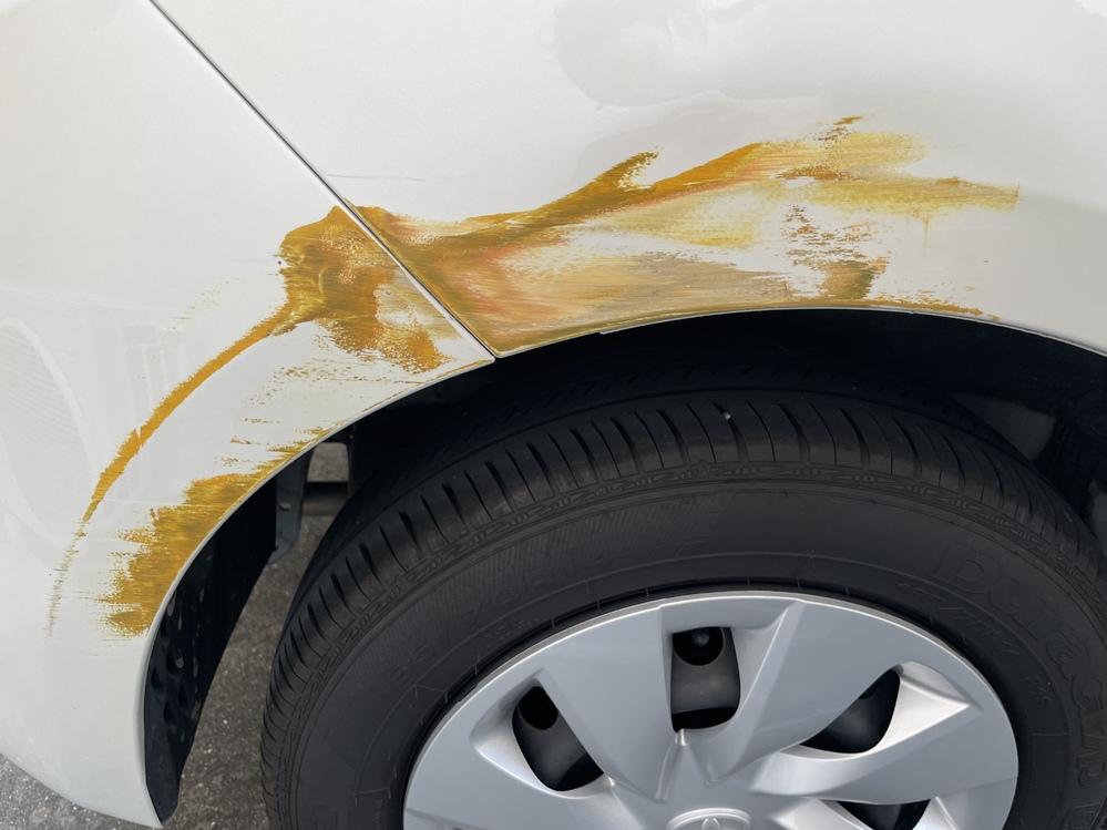 至急◆車の傷修理 こちらの傷を素人が綺麗に直す 方法を教えてほしいです。 傷は深くないのでコンパウンドで直せるのでしょうか?