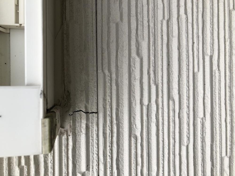 家の外壁にヒビ入ってました! 家を建てて5年目となります! これって特に問題ありませんか? もし問題があるとしてらどんな対応をしたらいいですか? 一応ひび割れ補修予定です