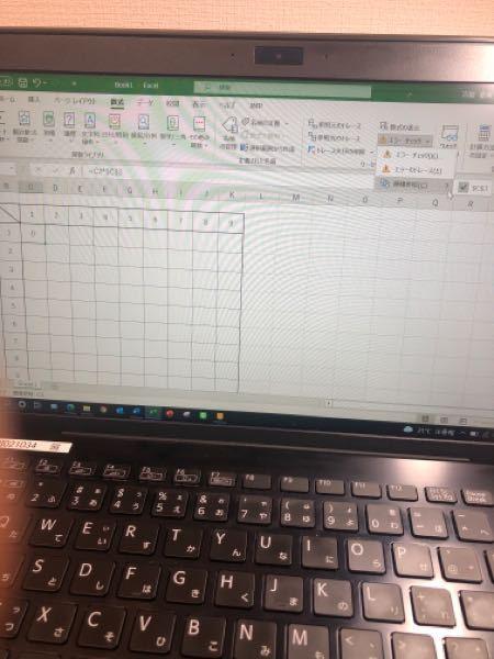 Excelで九九の表を作ろうとすると、警告文が出ます。循環参照を確認後、式を直しても0になってしまいます。どのようにすれば、計算式が自動で出来ますか? 初心者なものですいません。 参考:全て半角で入力してます。 1回Excel落として、また立ち上げました。 手動計算ではなく自動計算です。 表示形式は標準です。