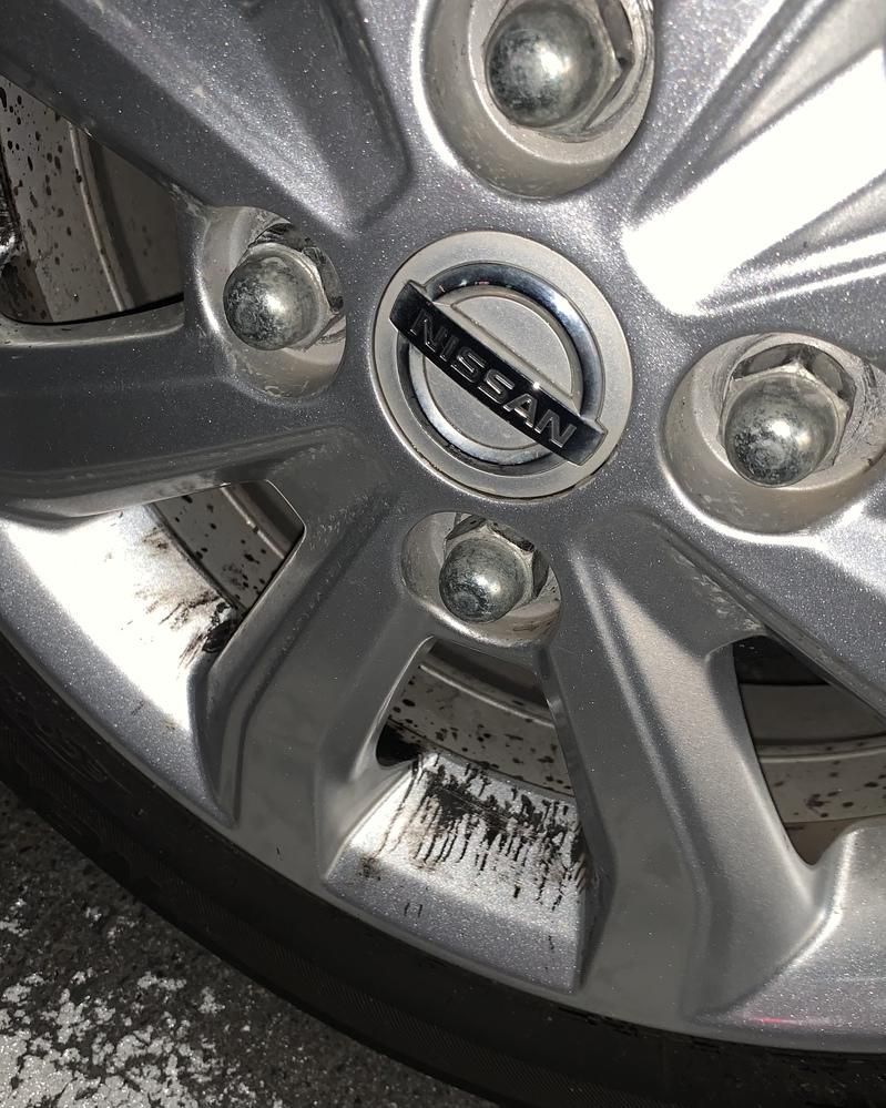 車のホイールに黒い油のような液体が付いています。 タオルで擦ったけどなかなか取れないです。 これはなんかのオイルが漏れていますか!? 教えてください(ノД`)