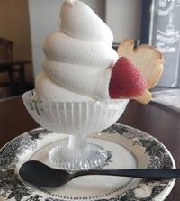 写真のアイスクリームがあるカフェの名前わかる方いれば教えていただきたいです!