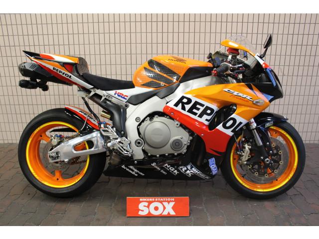 なぜZ900RSて若者に人気がないのですか。 ・・・・・・・・・・・・・・・・・・・・・ 日本で一番売れているバイクといえばZ900RSですが。 ですがZ900RSに乗っているのはオジサンだけだと言われていますが。 よく分からないのですが。 若者に人気なのはフルカウルのスーパースポーツ系が人気だと聞きますが。 よく分からないのですが。 若者でもホーネット250とかCB400SFとか人気だと思うのですが。 よく分からないのですが。 なぜ大型バイクのネイキッドて若者に人気がないのですか。 と質問したら。 Z1を知らない世代だから。 という回答がありそうですが。 ですがCB400SFに乗っている若者もCBX400Fを知らない世代だと思いますが。 それはそれとして。 なぜZ900RSて若者に人気がないのですか。 CB400SFは若者に人気なのになぜCB1300SFは若者に人気がないのですか。