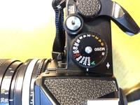 フィルムカメラについて質問です。 nikon fe2を買ったのですが、巻き上げレバーが動きません。 シャッタースピードダイヤルをBのところかM250のところにすれば何回でも撮影、巻き上げはできるのですが、それ以外のところにするとシャッターを切ったあと、巻き上げることができなくなってしまいます。電池を交換しても何も変わりませんでした。 これはどこか故障しているということでしょうか?