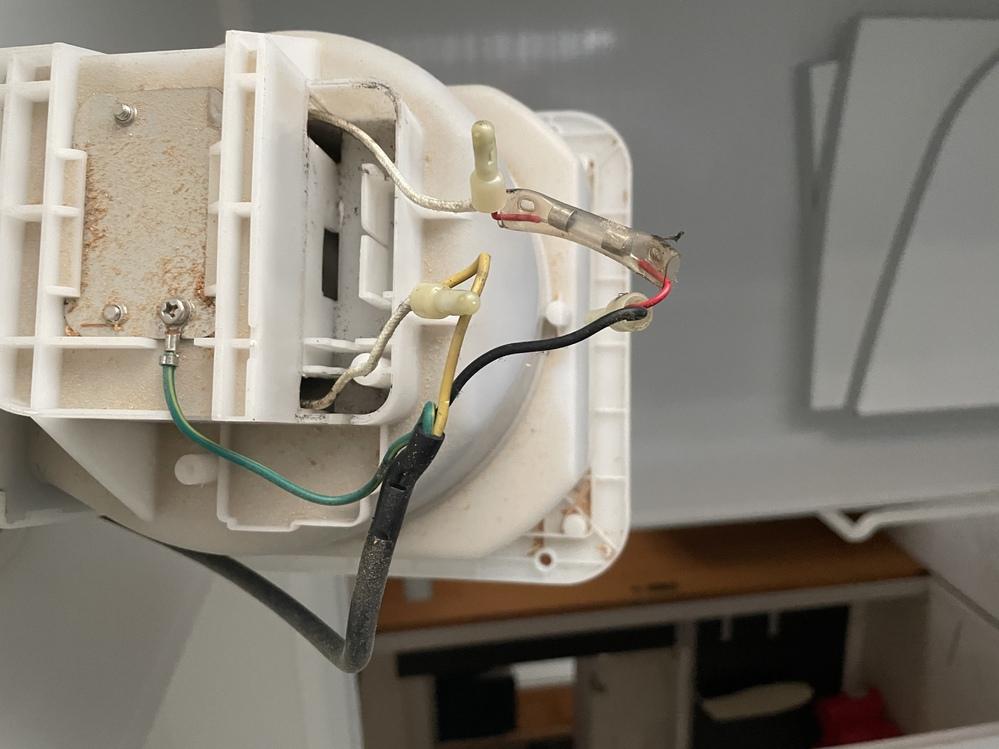 初めまして! ご教授下さい‼︎ 浴室換気扇TOTOダクト用換気扇 EKi00001N1 を パナソニック 天井埋込形換気扇 FY-17C8 へ交換したいと考えてます。 たまたま上記同様の交換をされたブログを発見したのですが、下記とかいてありました。 「FY-17C8」の工事説明書を確認すると、電源用電線はVVFケーブルφ1.6またはφ2.0を指定しているので、VVFケーブル 1.6mm×2芯 2.0m を新たに敷設しワンタッチコネクターで幹線側のVVFケーブルに接続。 ブログを書いた方はVCTF0.75㎟ 3芯 →VVFケーブル 1.6mm×2芯に変更しているようなんですが、写真の換気扇行きの配線を付け変えるだけではダメでしょうか? (参考) メーカー        TOTO(株)     パナソニック(株) 品名          ダクト用換気扇  天井埋込形換気扇 品番          EKi00001N1    FY-17C8 消費電力(50Hz)  20W          7.6W 風量(0 Pa)    90㎥/h        95㎥/h 騒音          32dB         23dB シャッターの開閉 風圧式        風圧式 接続ダクト      φ100mm      φ100mm 埋込寸法     □175mm      □177mm