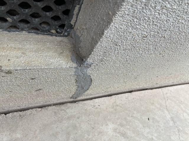 土間コンの隙間について質問です。この度中古戸建を買ったのですが、家の基礎外周の基礎と土間コンの間に写真のような隙間が開いています。 このまま放置してても良いものなんでしょうか?震災に合ってるので、その際に生じたのかも?と思ってますが。
