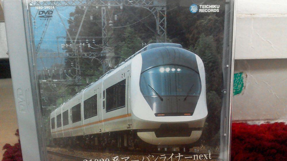 阪神路線開業前の難波駅の奥側ってのは鉄道好きならば覗き込みたくなるってのは鉄道好きあるあるの話ではあるんでしょうか? テイチク会社のDVD近鉄名阪特急アーバンライナーNextの走行映像(2003年4月16日撮影)を観るとこの映像は難波13時発列車の走行映像だったんですが、コレ最初は当時大阪難波駅にあった3本の留置線から駅に入った場面も使われてたんです。