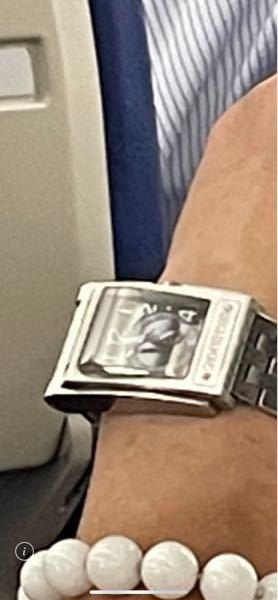 こちらの腕時計のブランドがどこのものか分かる方いらっしゃれば教えて頂けませんか? 画質が悪くてすみません。 よろしくお願いします。