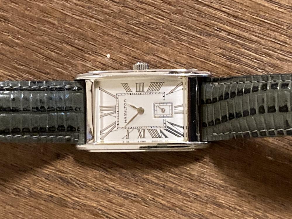 腕時計・ハミルトンのアードモアと呼ばれる型です。 電池交換してみようかと思ったのですが、裏ブタがはめ込み式なのか ワンピースタイプなのかわかりません。 通常のはめ込み式にある裏ブタ周りの溝が見当...