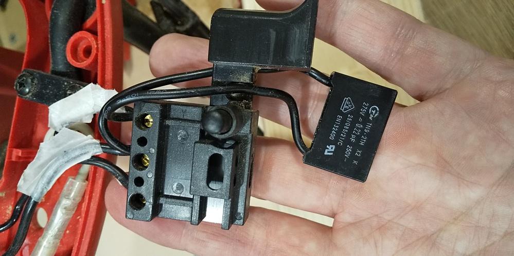 電動丸のこの3路スイッチに付いている部品はなんでしょうか? スイッチからモーターに繋がる線とブレーキに繋がる線をバイパスする様に接続されている部品が有ります。 此は何でしょうか? どの様な役割でしょうか?