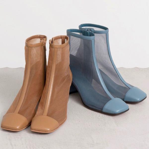 シースルーブーツを履く際の靴下について MAISON SPECIALなど、最近シースルーブーツを販売するブランドをちらほら見かけますが、オシャレで素敵だなぁとは思いつつも、画像を見るとどのモデルさんも素足で履かれていて、臭いとかどうなんだろうと考えてしまいなかなか手が出せません。。 でもシースルーの生地ですし、やはり靴下は履かずに素足で履いた方が透けて可愛いのですが… シースルーブーツを実際に購入されて履かれている方がいらっしゃいましたら、靴下や臭い対策など教えて頂きたいですm(_ _)m