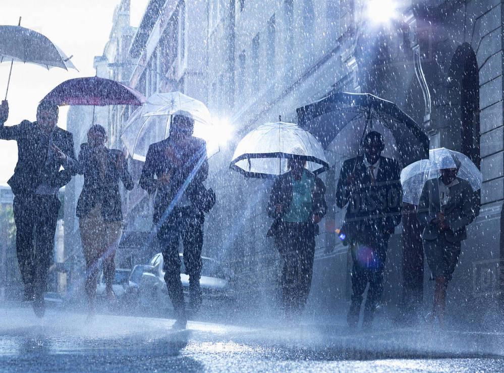 """作品中の""""雨""""の描写が印象的/秀逸な名曲をご紹介ください!【洋楽限定】 . 邦楽カテもご利用なさっている方にはもしかするとお目に留まったかもしれませんが、先日、邦楽限定で【傘】と【雨】の描写が印象的な楽曲について出題いたしました。それを転用、しかもメイン=雨、サブ(オプション)=傘またはその他の雨具、にひっくり返してwの洋楽オンリーお題となります。発想が手抜き、というのではなく小ジャレてるとお受け止めください(笑) メインは【雨】ですのでお間違いないようお願いいたします。1曲または各1曲計2曲。オプションではありますが、【傘または雨具】楽曲もお答えくださいますとトータルポイントの""""かさ上げ""""wが可能となります! 勝手ながら質問者都合により即時返信はいたしかね、今回こそ本当にランダムな返信となります点、予めどうぞご理解ご諒承ください。※ある程度纏めてキャッチアップさせていただくことになろうかと思います・・・ 質問者の回答は 【雨】Ancient Rain - Mary Coughlanさん http://y2u.be/InIdIcZX7fE ♪Ancient rain, pouring down Wears my bones to the ground・・・♪ 【雨具】Raincoat and a Rose - Chris Reaさん http://y2u.be/fPndQbmUbeY ♪I've never really had the chance Years and years And not even wanting a second dance Look for a raincoat and a rose・・・♪ ※ご回答に歌詞の書き出しは必須ではありません"""