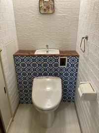 トイレをDIYでリフォームしました モロッコ風インテリアにしたいので トイレタンクカバーをタイル柄にしました あとどうしたら良くなりますか