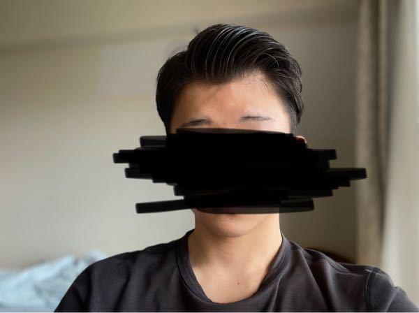 大学に入り髪のセットを始めました。3月から3ヶ月間、美容院やYouTubeなどを見ながらセットの方法を学んできたのですが友達に余りセット上手くないぞ…と言われてしまいました。改善の方法を教えて欲しいです。 普段は73分けを意識して写真の通りのヘアスタイルをしています。 髪を濡らす ↓ ブラシを使いながらドライヤーで乾かす ↓ ジェルとリップスの黒のワックスを混ぜて二回に分け塗っています。量は合計で第1関節で4回すくうぐらいの量です。