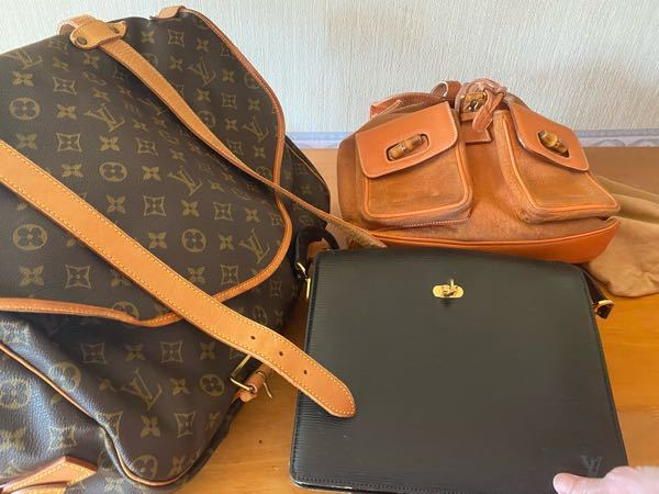 こちらのブランドの商品名教えてください。 オレンジのバッグのみGUCCIで、残り二つはルイヴィトンです。 もしよろしければ、それぞれのURLも送ってくださると幸いです。