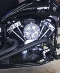 バイクのカスタムパーツについての質問です。 写真にあるV型エンジンのメッキパーツは何と言う名前ですか?(棒状の物です) もちろん真ん中のエアクリではありません。 調べても出てこなく、質問させていただきました。 よろしくお願いします!