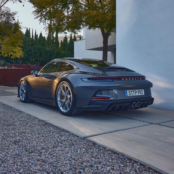992型ポルシェの新車に乗っている人はどんなお金持ちなのでしょうか?