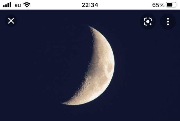 今こんな感じの月が出ていませんか? 私の家からは確かいつも左側にあったはずなんです。月が。なのに今日今見たら右側に月が出ているんです。 いつもと真逆の位置です。そんな事ありますか? 母に聞いてもいつもの位置なんて知らないと言われます。私も毎日見てないのではっきり覚えてないですけどとにかく月の位置が真逆な気がします。 私の脳大丈夫なんですかね?