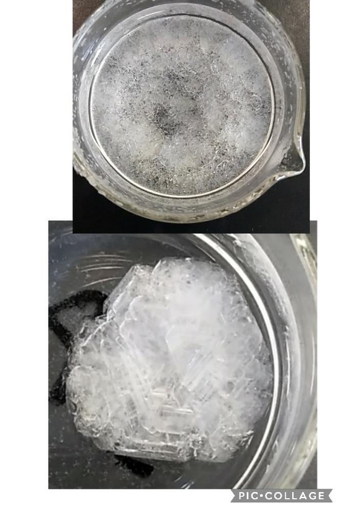 ミョウバンが大きな結晶になる条件ってなんなのでしょうか 先日、学校でミョウバンを作って、再結晶で結晶化させたのですが、 ほとんどの組が上の写真のように、小さい結晶が敷きつめられたようになっているのに対し、私の組と、もう2つぐらいだけ、下のような形の、大きな結晶が出来ました。 特に核は用意していないのですが…この二種類の差はどこから生まれたのでしょうか どなたか回答お願いいたします