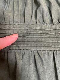 縫い方の名称についての質問です。こちらはブラウスのウエスト部分ですが、施されているこの縫い方は何と呼びますか。知っていた気がするのですが思い出せず苦しんでいます。